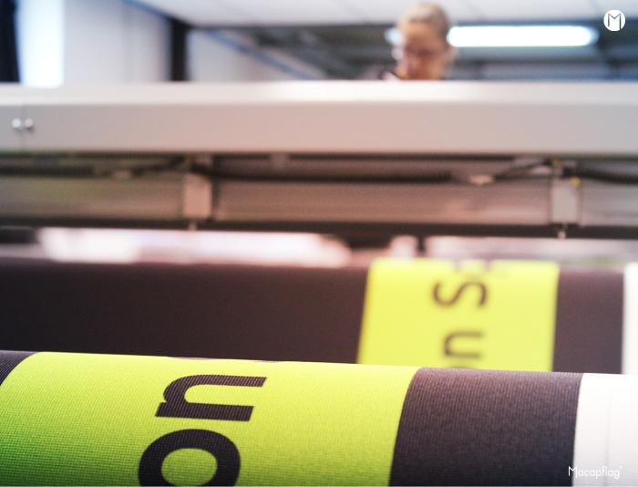 La table de découpe numérique accueille le rouleau déjà imprimé