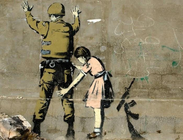 Banksy peint une fillette qui désarme un soldat en Cisjordanie