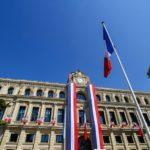 Pavoiser une façade, habiller un bâtiment aux couleurs tricolores