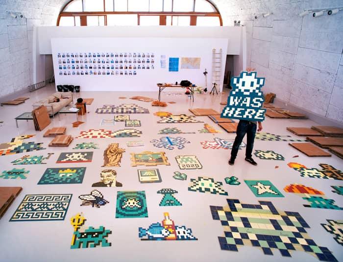 Invader, artiste contemporain, se définit comme un AVNI