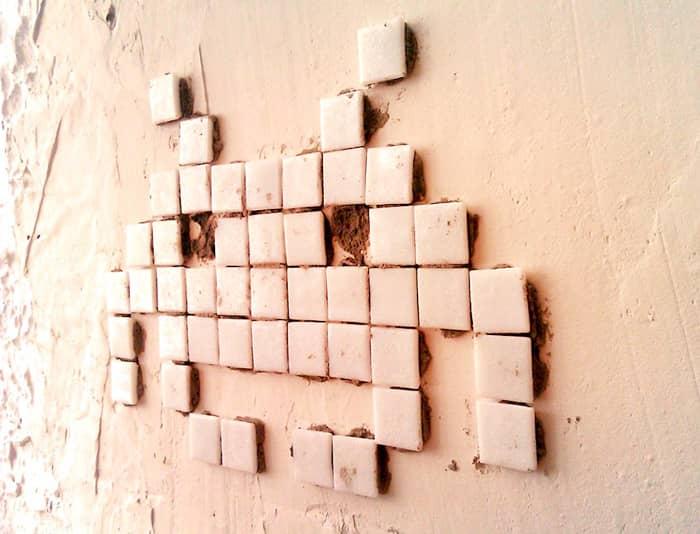 Invader est un street artist qui colle des carreaux de mosaïque