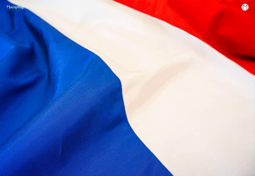Un drapeau francais fabriqué en france imprimé ou confectionné