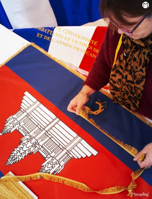 Frange dorée apposée sur un drapeau de prestige