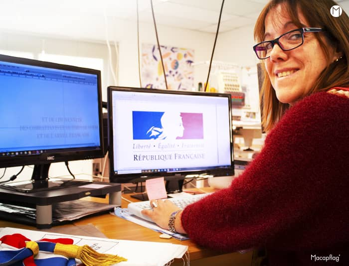 Geraldine utilise un logiciel spécial pour la broderie des drapeaux