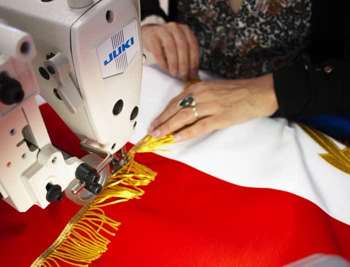 Le drapeau tricolore de défilé et de cérémonie est brodé