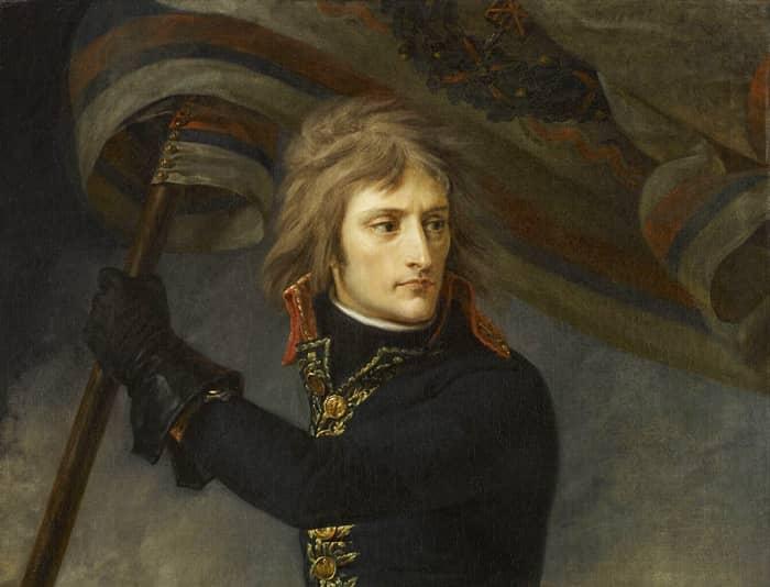 Napoléon Bonaparte porte un drapeau