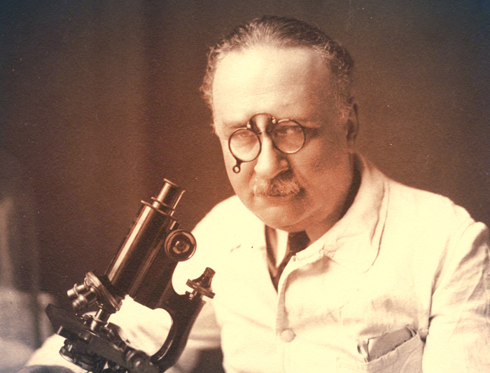 Arnault Tzanck est un médecin français