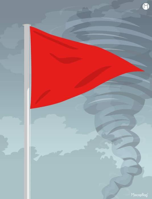 La flamme rouge triangulaire des drapeaux de baignade indique un danger