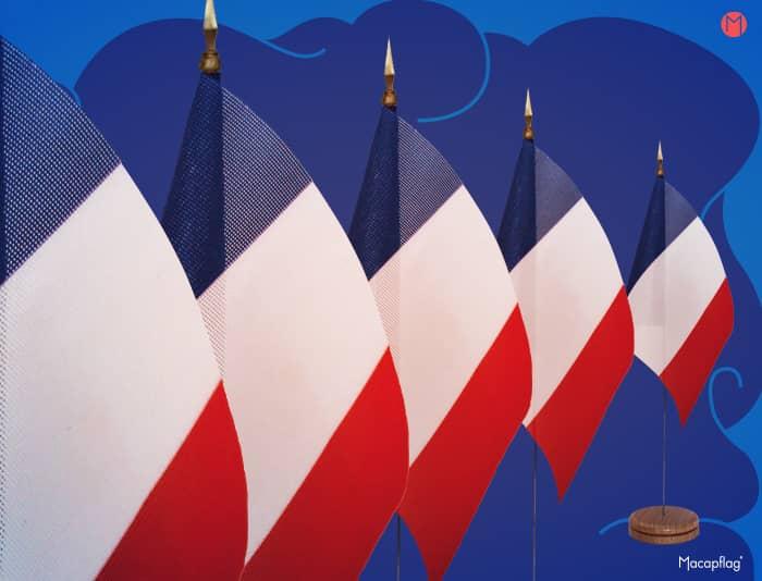 Le mini drapeau de table aux couleurs de la république