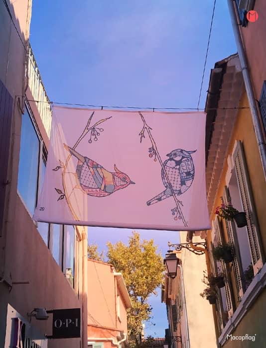 Oeuvre d'art sur kakémono suspendu à Sanary