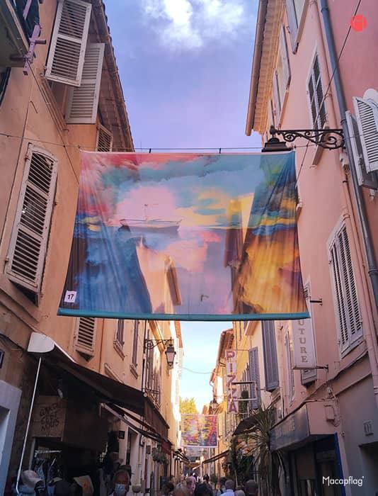 Ruelle de Sanary pendant l'exposition l'art suspendu